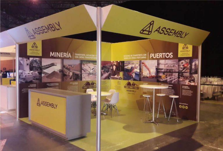 MEJORA COMPETITIVA. ASSEMBLY. Comunicación corporativa. Diseño Stand a medida. Feria MMH Sevilla. Resultado Real